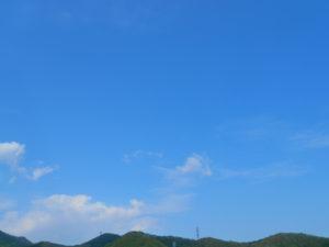 空と山と鉄塔の写真