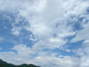 空と積雲と山の写真